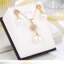Xuping Arany színű rozsdamentes ötvözetből készült nyaklánc és fülbevaló szett gyöngyös strasszos medállal