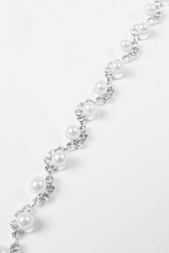 Kép 2/4 - A & ONE Ezüst Színű Strasszkövekkel És Fehér Gyöngyökkel Díszített Női Karkötő