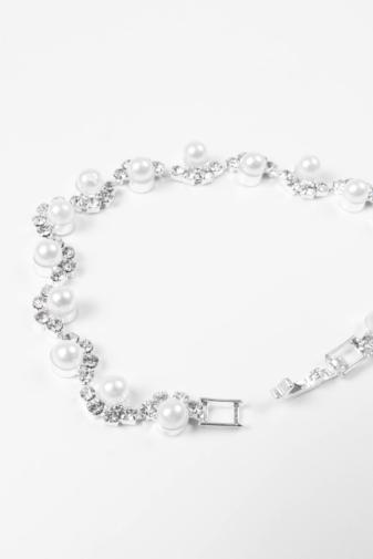 Kép 1/4 - A & ONE Ezüst Színű Strasszkövekkel És Fehér Gyöngyökkel Díszített Női Karkötő