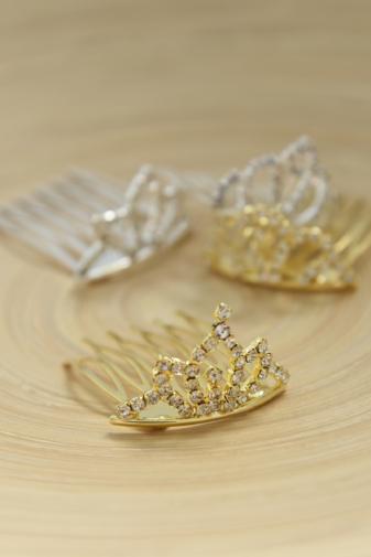 Kép 2/2 - A & ONE Arany Színű Tiara Alakú Mini Hajfésű Strasszkövekkel