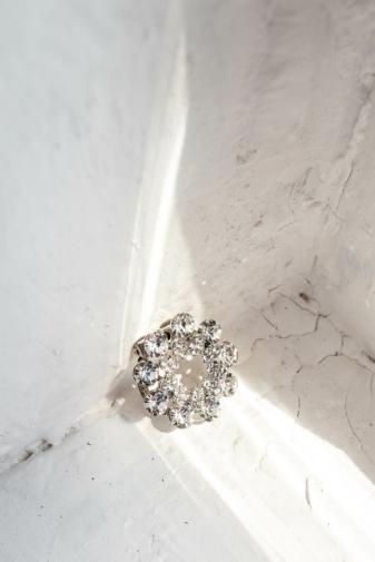 Kép 1/2 - A & ONE Ezüst Színű Virág Alakú Strasszkövekkel Díszített Kitűző