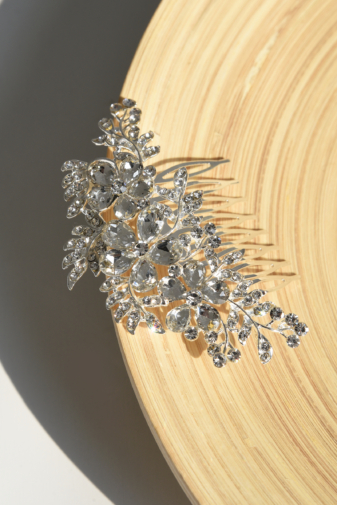 Kép 1/2 - A & ONE Ezüst Színű Hajtű Virág Alakban Strasszkövekkel Díszítve
