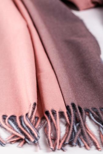 Kép 3/3 - A & ONE Rózsaszín Színátmenetes Gyapjúkeverék Sál Rojtokkal