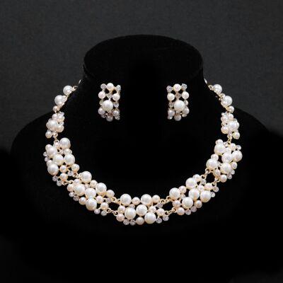 Aranyszínű gyöngyökkel díszített női nyaklánc, fülbevaló szett