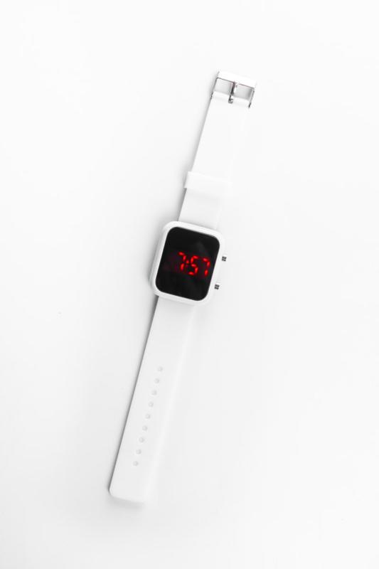 A & ONE Fehér Színű Keskeny Tokkal Készített Gumi Szíjas Sportos Digitális Karóra