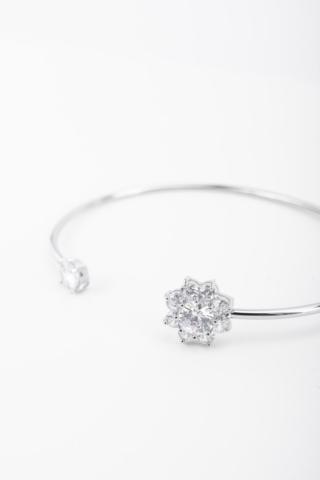 A & ONE Ezüst színű, elegáns, virág formájú,cirkónia köves karkötő