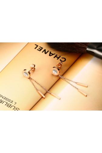 Kép 3/6 - A & ONE Rózsaarany színű rozsdamentes acélból készült lógós fülbevaló, kagyló színű középső résszel.