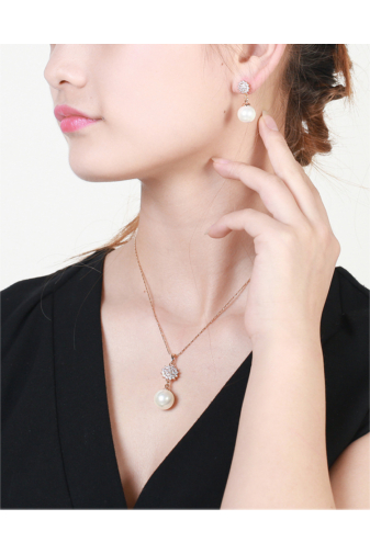 Kép 4/6 - Xuping Arany színű rozsdamentes ötvözetből készült nyaklánc és fülbevaló szett gyöngyös strasszos medállal