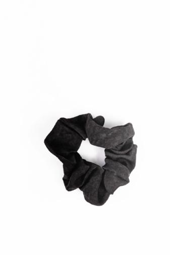 Kép 1/2 - A & ONE Fekete Szaténszerű Fényes Anyagból Készült Hajgumi
