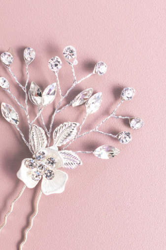 Kép 1/2 - A & ONE Ezüst Színű Virággal És Levelekkel Díszített Strasszköves Hajtű