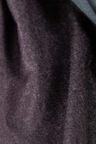Kép 2/3 - A & ONE Sötétszürke Színátmenetes Gyapjúkeverék Sál Rojtokkal