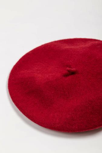 Kép 2/4 - Divatos Piros Barett Sapka Anyagában Virág Mintás Sállal Szett