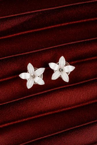 Kép 2/3 - A & ONE Ezüst színű spirálos hajtű fehér virággal és strasszkő díszítéssel
