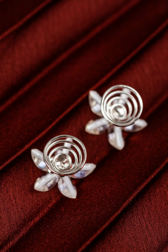 Kép 3/3 - A & ONE Ezüst színű spirálos hajtű fehér virággal és strasszkő díszítéssel