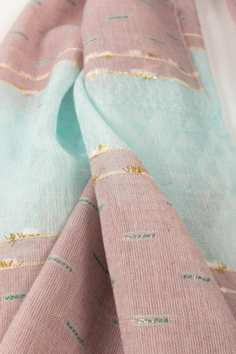 Kép 2/2 - Lila És Türkiz Geometriai Mintás Aranyszállal Díszített Vékony Textil Sál