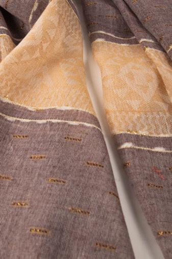 Kép 2/2 - Lila És Bézs Geometriai Mintás Aranyszállal Díszített Vékony Textil Sál