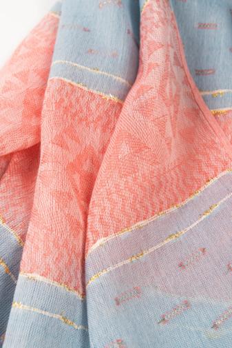 Kép 2/2 - Világoskék És Piros Geometriai Mintás Aranyszállal Díszített Vékony Textil Sál