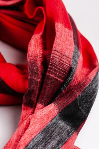 Kép 3/3 - A & ONE Piros Alapszínű Vastag Kockás Téli Sál