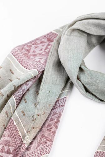 Kép 2/3 - Szürke És Lila Geometriai Mintás Aranyszállal Díszített Vékony Textil Sál