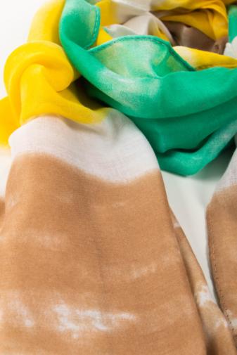 Kép 2/2 - Zöld, Sárga Fehér És Barna Színű Textil Kendő