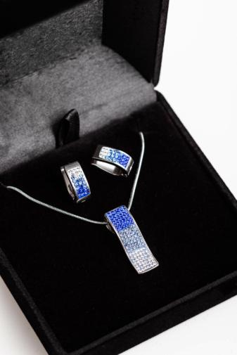 Kép 1/3 - A & ONE Ezüst Színű Rozsdamentes Acél Nyaklánc És Fülbevaló Kék Színátmenetes Cirkónia Kövekkel Szett