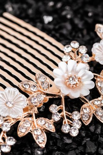 Kép 2/2 - A & ONE Virágokkal És Strasszkövekkel Díszített Fehér- Arany Nikkelmentes Fém Hajtű