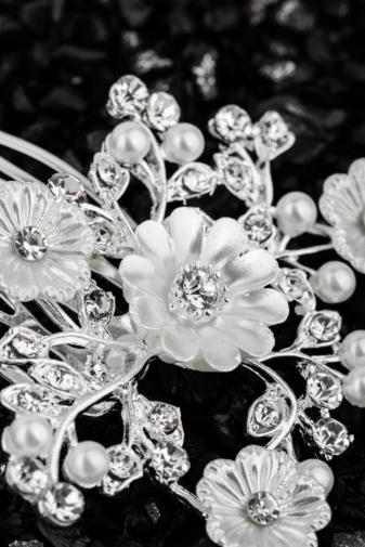 Kép 2/2 - A & ONE Virágokkal És Strasszkövekkel Díszített Fehér És Ezüst Színű Nikkelmentes Fém Hajtű