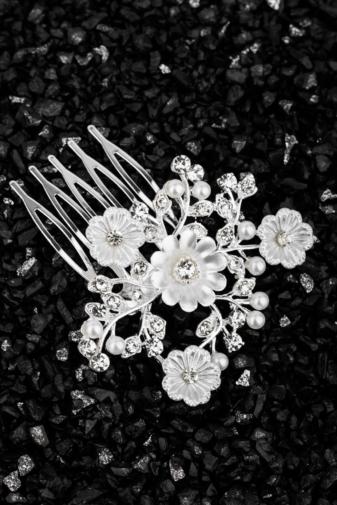 Kép 1/2 - A & ONE Virágokkal És Strasszkövekkel Díszített Fehér És Ezüst Színű Nikkelmentes Fém Hajtű
