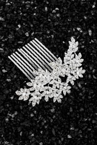 Kép 1/2 - A & ONE Virágokkal És Strasszkövekkel Díszített Ezüst Színű Nikkelmentes Fém Hajtű