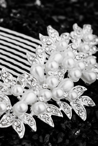 Kép 2/2 - A & ONE StrasszkövekkelÉs Gyöngyökkel Díszített Fehér- Ezüst Színű Nikkelmentes Fém Hajtű