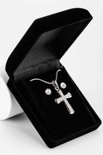 Kép 1/4 - Ezüst Színű Nyaklánc Kereszt Medállal És Fülbevalóval Szettben Ajándékdobozban