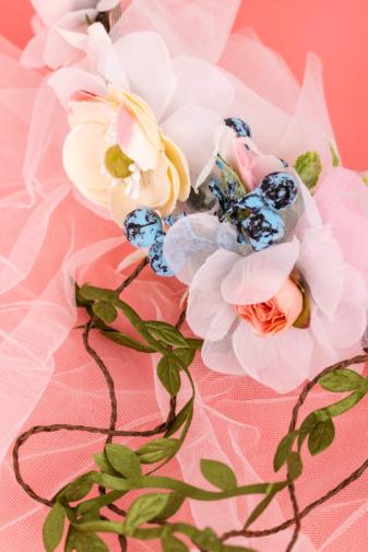 Kép 2/3 - A & ONE Virágokkal És Szalaggal És Fátyollal Díszített Fejpánt