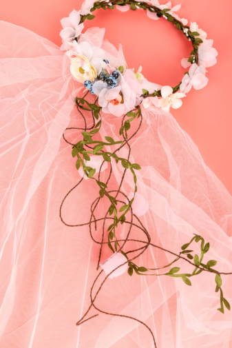 Kép 1/3 - A & ONE Virágokkal És Szalaggal És Fátyollal Díszített Fejpánt