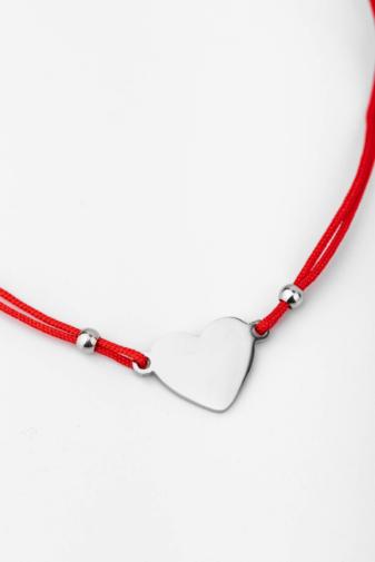 Kép 1/3 - A & ONE Piros Fonal Karkötő  Ezüst Színű Teli Szív Medállal