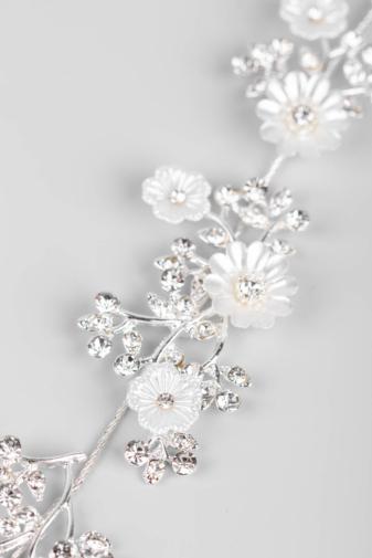 Kép 4/4 - A & ONE Ezüst Színű, Fehér Gyöngyházfényű Virágokkal És Strasszokkal Díszített Kontydísz