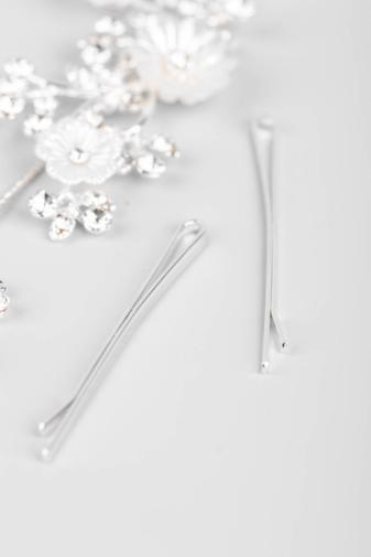 Kép 3/4 - A & ONE Ezüst Színű, Fehér Gyöngyházfényű Virágokkal És Strasszokkal Díszített Kontydísz
