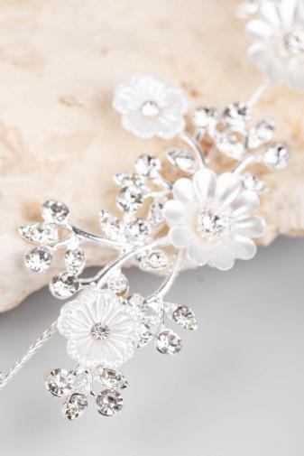 Kép 1/4 - A & ONE Ezüst Színű, Fehér Gyöngyházfényű Virágokkal És Strasszokkal Díszített Kontydísz