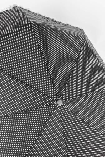 Kép 2/4 - Fekete Alapon Fehér Pöttyös És Csipkeszegélyes Automata Esernyő, 110 cm Átmérővel