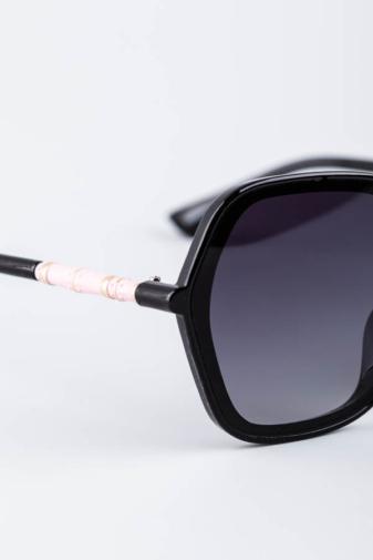 Kép 3/3 - A & ONE Fekete Ívesen Szögletes Nagy Méretű Napszemüveg Rózsaszín Díszítéssel