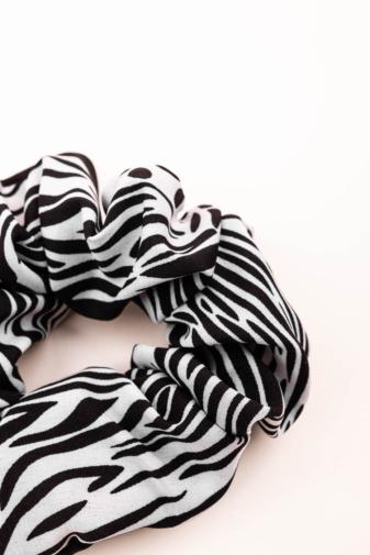 Kép 2/2 - A & ONE Fekete-Fehér Zebra Mintás Hajgumi
