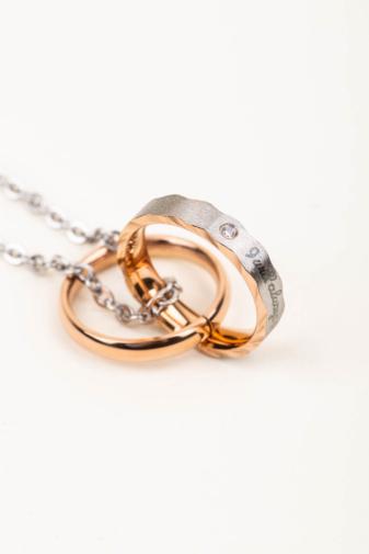 Kép 3/3 - A & ONE Ezüst És Rózsaarany, Rozsdamentes Acél Nyaklánc Gravírozott Gyűrű Medállal, Pároknak