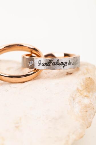 Kép 2/3 - A & ONE Ezüst És Rózsaarany, Rozsdamentes Acél Nyaklánc Gravírozott Gyűrű Medállal, Pároknak