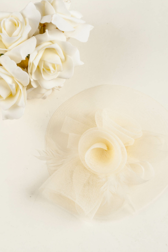 Kép 4/5 - A & ONE Törtfehér Virág És Toll Díszítésű Hajdísz