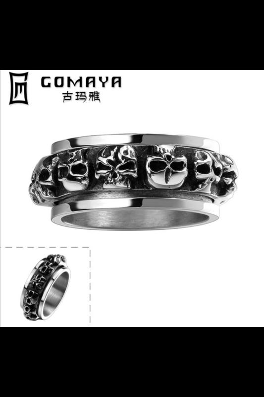 A & ONE Ezüst Színű Titánium Gyűrű Koponyákkal Díszítve -- Férfi