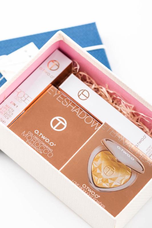 O.TWO.O® Smink Szett Ajándék Dobozban: Rúzs, Szempillaspirál, Highlighter Púder És 4 Darabos Szemhéjpúder Paletta